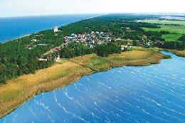 Sie sehen den Badeort Dziwnowek, der zwischen dem Camminer Bodden und der Ostsee liegt