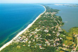 Das Seebad Mielno an der polnischen Ostsee liegt zwischen dem Jamunder see und der Ostsee. Auf diesem Luftbild ist die fast Inselartige Lage zu erkennen