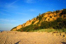 Sie sehen den Sandstrand und Steilküste östlich von Pobierowo bei Rewal