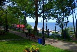 Rewal an der Polnischen Ostseeküste - sie sehen die Promenade, die sich entlang der Steilküste zieht