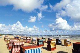 Sie sehen in Swinemünde auf usedom Strandkörbe auf den breiten Sandstränden - im Hintergrund die Kaiserbäder Ahlbeck, Heringsdorf und Bansin