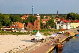An der Hafeneinfahrt von ustka stehet ein Leuchtturm, diekt hier zweigt die Kurpromenade ab